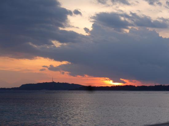 Gili Air, Indonésia: Sunset looking towards Gili Meno