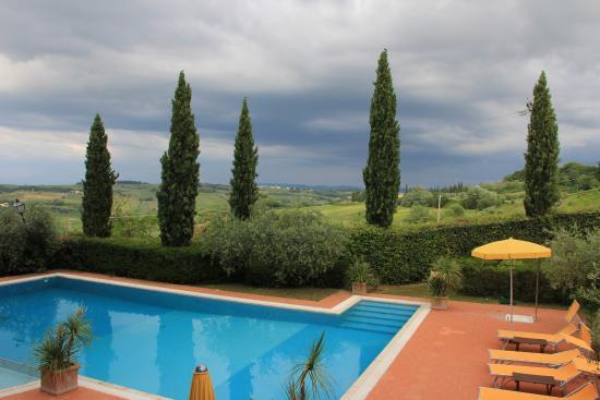 Montespertoli, Włochy: view over pool