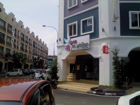 Syaz Meridien Hotel : outside view from the parking space