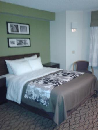 Sleep Inn at Miami International Airport: Clean and comfortable bed.