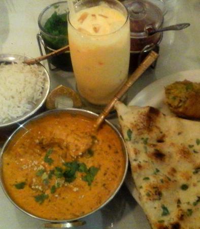 Bremerton, واشنطن: YUM!!! Mango Lassi, Veggie Samosa, Garlic Naan, Malai Kufta, Rice and the sauces