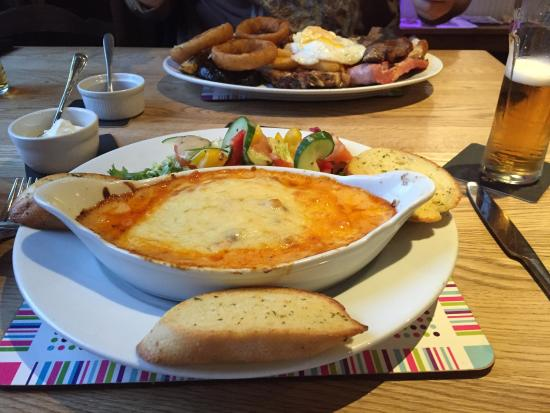 Warslow, UK: Lasagne served with salad & garlic bread.  The lasagne was very nice & the salad was crisp & fre