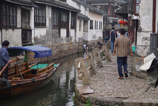 Kunshan, Cina: Many authentic pathways around water village