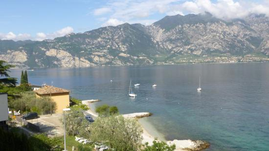 Piccolo Hotel: View across to Limone