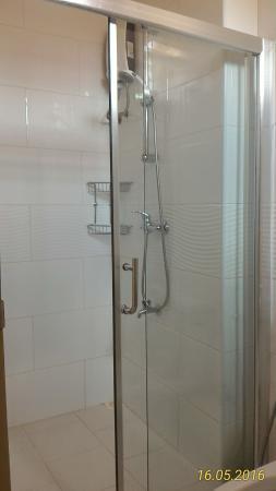 Villingili View Inn: Shower enclosure.