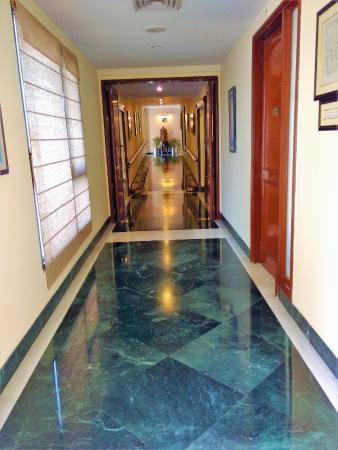 كنتري إن آند سويتس باي كارلسون فايشنو: Lobby towards the rooms