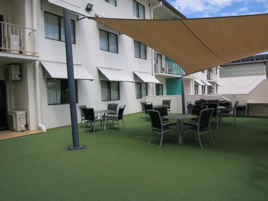Metro Advance Apartments & Hotel Darwin: BBQ area at pool side