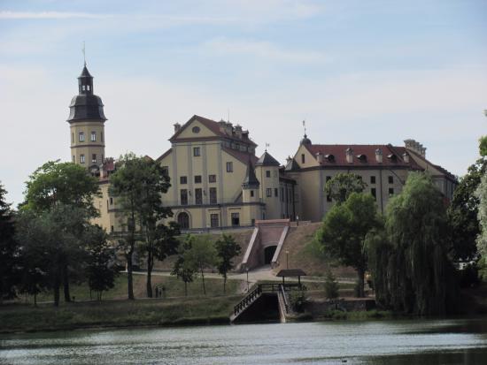 Nesvizh, Bielorrusia: Вид со стороны пруда