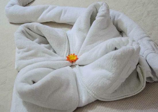 Lambrinos Suites: Towels beautifully arranged.