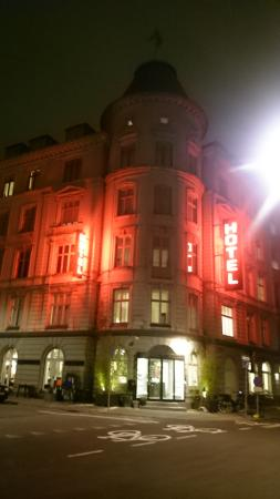 Ibsens Hotel: Hotel by night