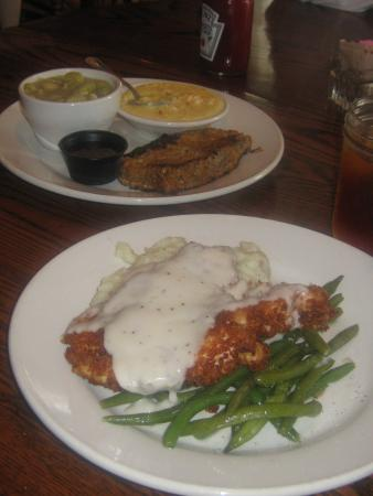 Valle Crucis, Carolina del Norte: Meatloaf w/cheese grits and limas; smothered chicken fried chicken w/mashed potatos and green be