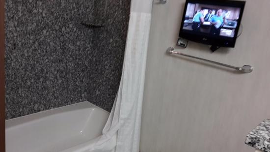 Comfort Suites: Badkamer met tv.