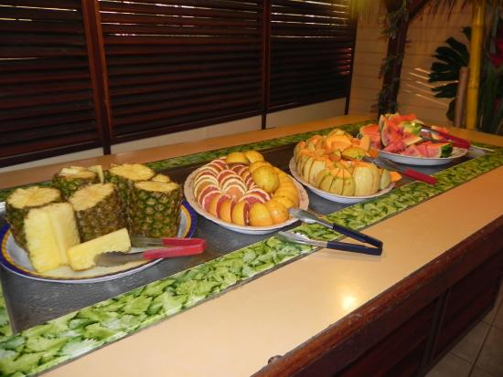 buffet de fruits au petit d jeuner photo de carayou hotel spa trois ilets tripadvisor. Black Bedroom Furniture Sets. Home Design Ideas