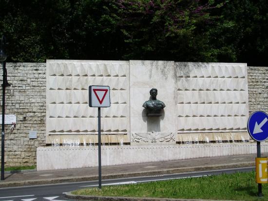 Fontana ad Antonio Locatelli: Памятник летчику