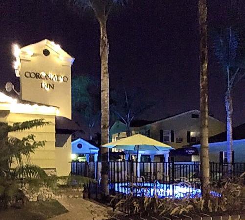 Coronado Inn: Coronado Inn at dusk