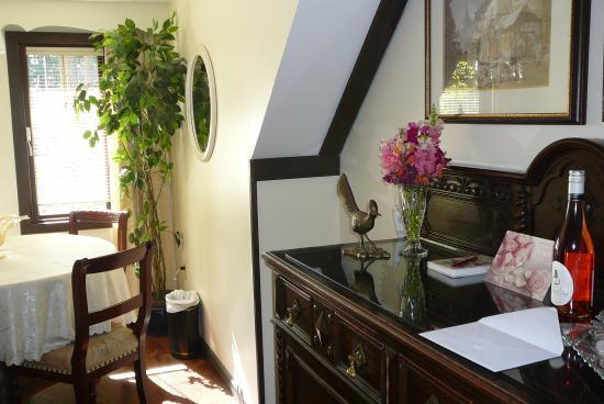 Blue Willow Guest House: fresh cut flowers