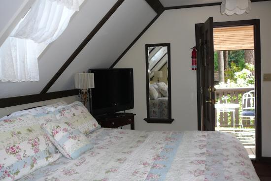 Blue Willow Guest House: skylight above bed