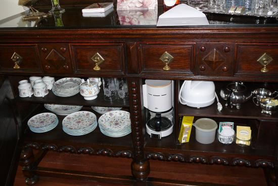 Blue Willow Guest House: well-equipped cabinet