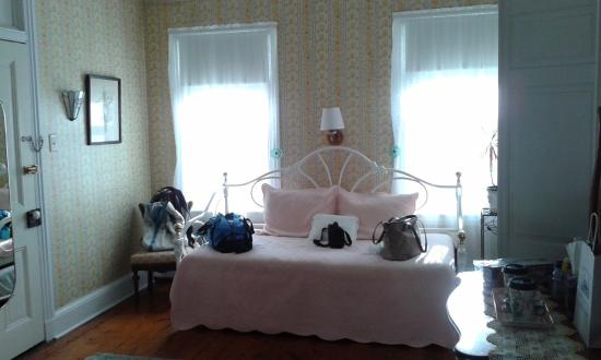Bayberry Inn: Daybed in Sunshine Room