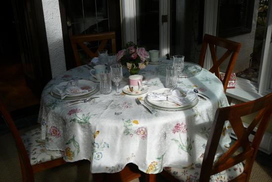 Blue Willow Guest House: breakfast room for small parties