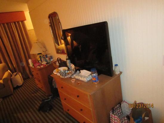 Nantucket Inn: Dressers and Flatscreen TV