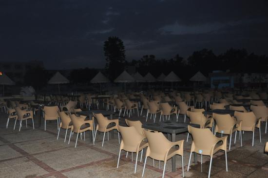 Ramada Liberty Resort Hotel: Basen i stoliki przy basenie