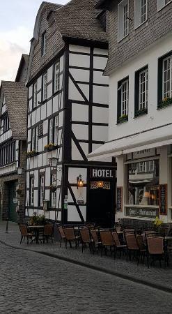 Hotel Royal und Schloss-Cafe: Hotel Royal, met ernaast hun cafe!