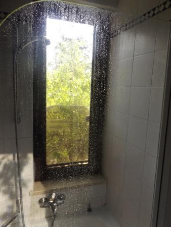 Doccia affacciata su finestra non oscurata al primo piano - Doccia finestra ...