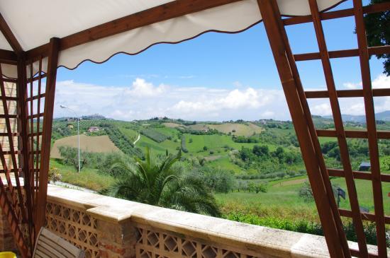 Agriturismo Villa Bussola: Uitzicht vanaf het terras op de 1e verdieping (B&B en app.)