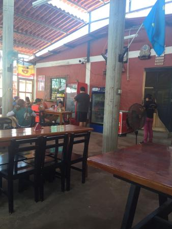 Guayas Province, เอกวาดอร์: Lugar muy típico. Los mariscos deliciosos a muy buen precio. La presentación del sitio no se com
