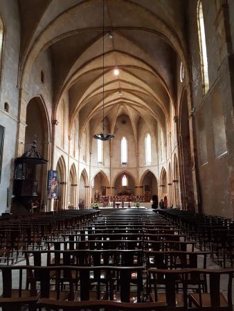 Foix, Francia: View down church towards altar