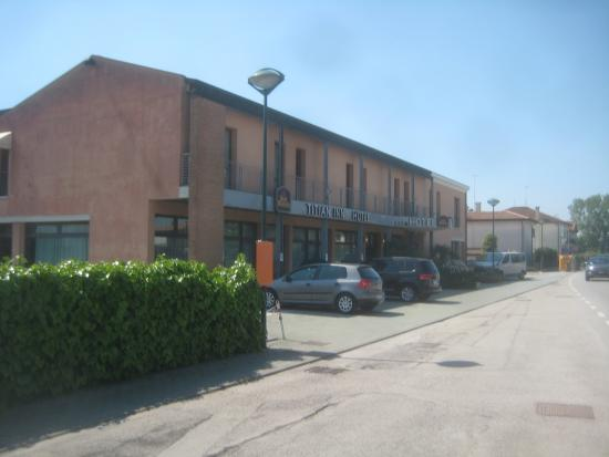 BEST WESTERN Titian Inn Hotel Venice Airport: The front of the hotel from the street