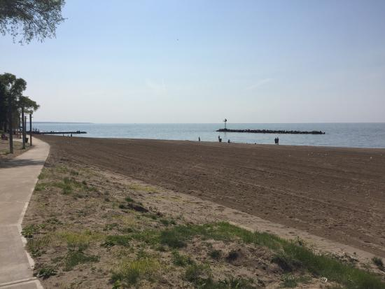 Lorain, OH: Very clean, large beach area, children's play area, plenty of places to sit, restrooms, concessi