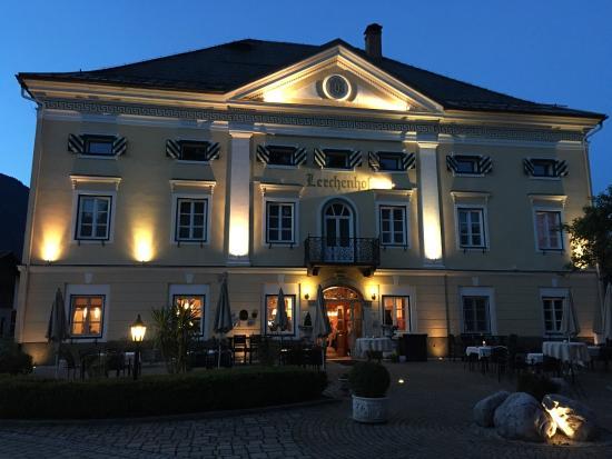 Restaurant Schloss Lerchenhof: Abendstimmung vorm Lerchenhof - grandios!