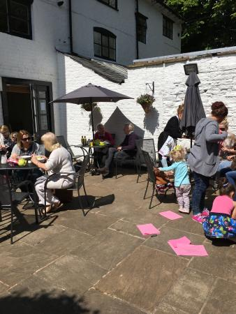 Prestbury, UK: Our lovely sunny courtyard