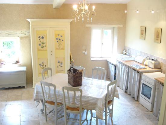 Sainte-Livrade-sur-Lot, ฝรั่งเศส: Vionnet kitchen/dining area