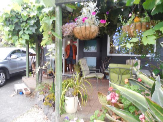 Wellesbourne Homestay B&B: lovely patio to dine outside