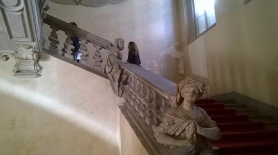 Palazzo Clerici: scalone con statue femminili