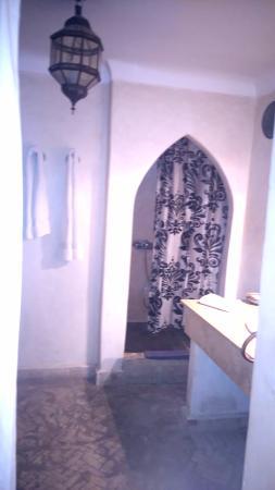 Palais Riad Calipau Marrakech: See how short the shower curtain is!