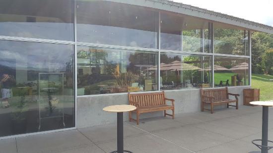 Хилдсбург, Калифорния: The porch where they serve wood grilled pizza and wine.