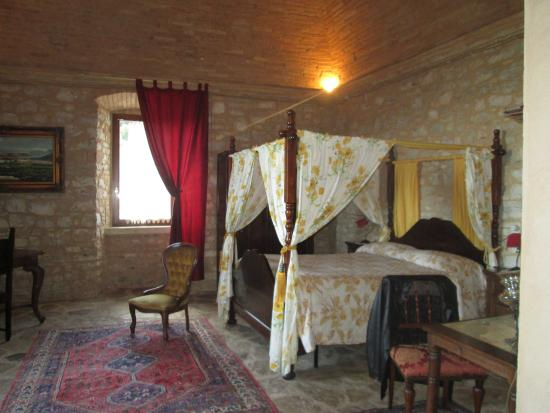 Agriturismo il Bastione: King bed very comfortable, dressing table, full length mirror, plenty of room. Couch, table,