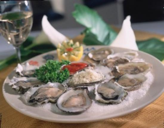 Harbor Grill Restaurant: Freshly Shucked Oysters on the 1/2 Shell