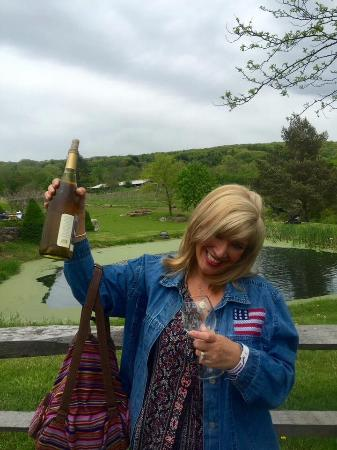 New Preston, CT: The grounds are beautiful and the Chardonnay is good !!