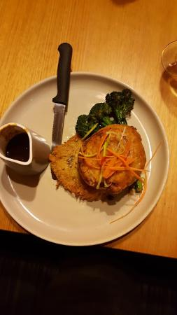 Wantirna, Австралия: beef wellington with rosti, broccolini and sauce