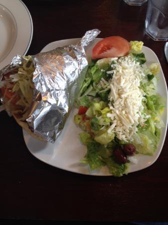 Islip, Nowy Jork: Chicken Souvlaki Gyro with Salad