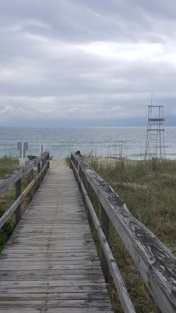Darlings By The Sea: Walkway to the beach, just feet from the room.