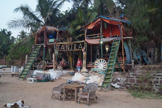 Anjuna, Indie: Watch the sun set perched on a beach-facing tree shack