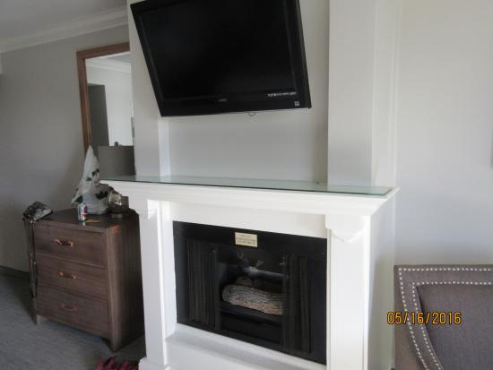 456 Embarcadero Inn & Suites: gas fireplace and TV