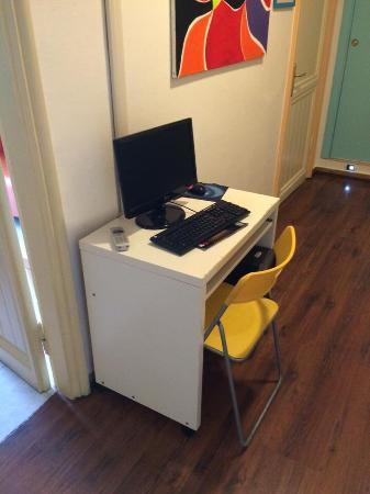 Colors Hotel: Community computer in hallway