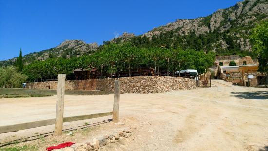 Collbató, España: Parking face au restaurant